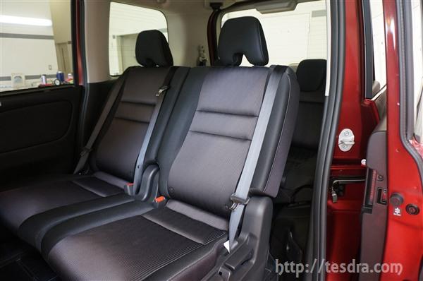 このように\u201dスマートマルチセンターシート\u201dを備えているガソリン車は、乗車人数や使い方によって、様々なシートアレンジを行う事が可能です。